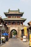 Em julho de 2016 - Luoyang, China - a rua pequena que corre através da cidade antiga de Luoyang, na frente da torre velha do cili imagens de stock