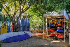 Em julho de 2014 Maur?cias, ?frica Escola surfando Surfe o equipamento de escola na praia fotografia de stock royalty free