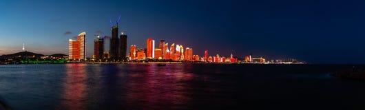Em julho de 2018 - Qingdao, China - o lightshow novo da skyline de Qingdao criado para a cimeira de SCO imagem de stock royalty free
