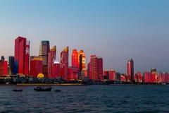 Em julho de 2018 - Qingdao, China - o lightshow novo da skyline de Qingdao criado para a cimeira de SCO fotos de stock royalty free