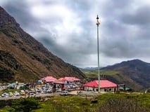 Em julho de 2018, Sikkim, Índia Uma opinião de ângulo larga Baba Harbhajan Mandir durante o tempo do dia Esta é uma atração turís fotografia de stock royalty free