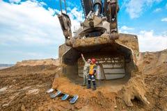 Em junho de 2016 - Buriácia, Rússia: Mover-se à terra da máquina escavadora enorme Foto de Stock Royalty Free