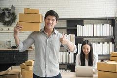Em linha digital do negócio é empresa de pequeno porte que um novo cria foto de stock royalty free