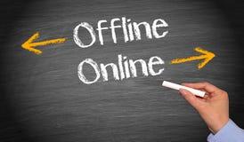 Em linha e off line - conceito do negócio imagens de stock