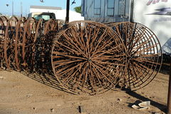 Em-linha rodas do metal em uma estrela-roda mecânica Imagem de Stock