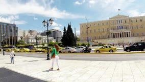 Em maio de 2014, quadrado da constituição e o parlamento que constrói no centro de Atenas, video estoque
