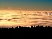 Em montanhas do inverno Picos das montanhas acima da névoa cremosa imagens de stock royalty free