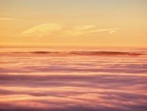 Em montanhas do inverno Picos das montanhas acima da névoa cremosa imagem de stock