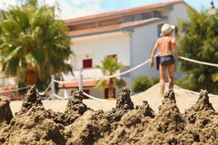 Em montes dianteiros da areia, que foi cegada pelo menino Imagens de Stock Royalty Free