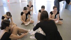 Em mulheres novas e bonitas da escola modelo estão preparando-se para a classe de dança vídeos de arquivo