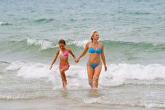 Em ondas espumosas Foto de Stock