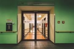 Em outubro de 2018 Alemanha Helios Klinikum Krefeld Interior interior do hospital Corredores abandonados espaçosos da estação, as imagens de stock