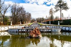 Em outubro de 2018 - La Granja de San Ildefonso, Segovia, Espanha - Fuente de Anfitrite nos jardins do la Granja no inverno fotografia de stock
