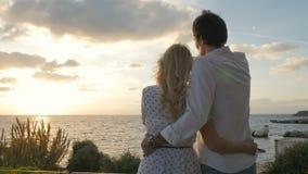 Em pares do amor no fundo do por do sol vídeos de arquivo