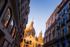Em perspectiva incomum de baixo do Pilar de Nuestra Señora de da basílica iluminado pela luz solar foto de stock