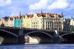Em Praga são muitas pontes velhas Fotos de Stock