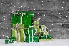 Em presentes de Natal verdes diferentes do fundo de madeira. Foto de Stock Royalty Free