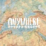 Em qualquer lugar caligrafia Mapa do globo imagens de stock