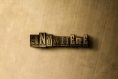 EM QUALQUER LUGAR - o close-up do vintage sujo typeset a palavra no contexto do metal Fotos de Stock