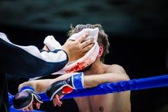 Em segundo e lutador uma ruptura entre círculos fotografia de stock