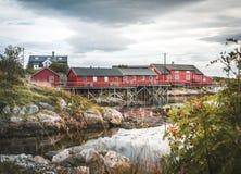 Em setembro de 2018, ilha de Henningsvaer Lofoten Casas vermelhas de Rorbuer na aldeia piscatória de Henningsvaer em um dia nebul fotos de stock