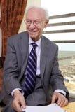Homem de negócios superior que sorri afastado Fotos de Stock Royalty Free