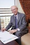 Homem de negócios superior que sorri à câmera Fotografia de Stock