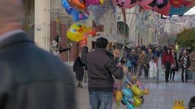 Em torno da opinião os povos estão andando ao longo da rua pedestre no dia Tessalónica, greece filme