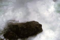 Em torno de Zakopane, um córrego da montanha que lava um pedregulho poderoso Foto de Stock Royalty Free