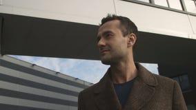 Em torno do homem moderno à moda que olha a posição dianteira no centro de negócios vídeos de arquivo