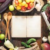 Em torno do livro de receitas vazio ajuste o alimento saudável Fundo saudável do alimento Fotografia de Stock Royalty Free