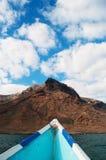 Em um barco na praia de Shauab, montanhas, areias, cabo ocidental, Socotra, Iémen Fotos de Stock