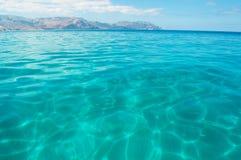 Em um barco na praia de Shauab, montanhas, areias, cabo ocidental, Socotra, Iémen Imagens de Stock Royalty Free