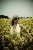Em um campo com cor falsed Fotos de Stock Royalty Free