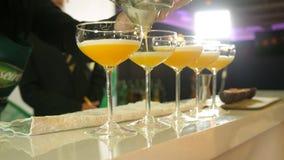 Em um clube noturno ou em um bar, um barman profissional que prepara um cocktail com gelo uma mistura de álcool A medida do empre filme