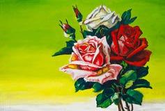 Em um fundo verde há rosas com uma haste Fotos de Stock Royalty Free