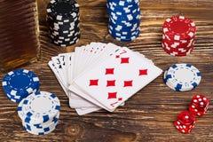 Em um pôquer de madeira do jogo da tabela, no close-up das microplaquetas e nos cartões do pôquer Fotos de Stock Royalty Free
