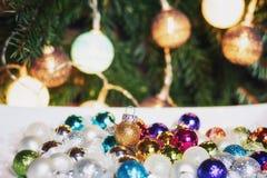 Em uma caixa branca uma coleção de bolas do Natal em muitos wi das cores Foto de Stock
