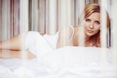 Em uma cama Fotos de Stock Royalty Free