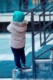 Em uma caminhada com menino do paizinho o filho correu afastado para escalar as escadas fotos de stock