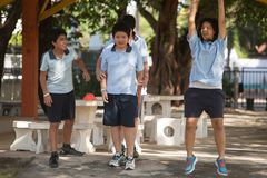 Em uma faculdade em Banguecoque, as crianças têm o divertimento no dur do campo de jogos Imagem de Stock