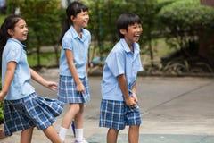 Em uma faculdade em Banguecoque, as crianças têm o divertimento no dur do campo de jogos Fotografia de Stock Royalty Free