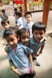 Em uma faculdade em Banguecoque, as crianças têm o divertimento no dur do campo de jogos Imagens de Stock Royalty Free