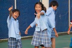 Em uma faculdade em Banguecoque, as crianças têm o divertimento no dur do campo de jogos Fotos de Stock Royalty Free