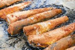 Em uma grande bandeja alguns fritaram em peixes dos pães ralados Fotografia de Stock Royalty Free
