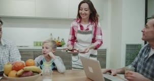 Em uma mãe madura do projeto surpreendente da cozinha que toma o café da manhã forme a cozinha e traga-à suas crianças no jantar video estoque
