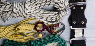 Em uma mentira clara do fundo, em um grupo de cordas, e em uma correia de segurança, para montanhistas, um tipo do fundo foto de stock