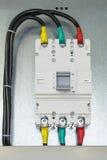 Em uma placa ou em uma placa de montagem fixou o interruptor de poder Cabos bondes conectados na parte superior e na parte inferi imagem de stock