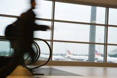 Em uma pressa no aeroporto Fotos de Stock Royalty Free