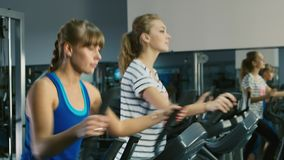 Em uma sessão de formação Duas mulheres atrativas são treinadas no gym filme